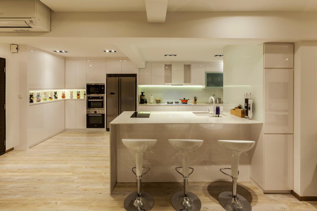Bukit Batok Central (Block 120), The Interior Lab, Modern, Kitchen, HDB, Modern Contemporary Kitchen, Kitchen Peninsula, Built In Cupboard, Downlights, False Ceiling, Modern Bar Stool, Glass Backsplash, Wooden Flooring, Indoors, Interior Design, Room