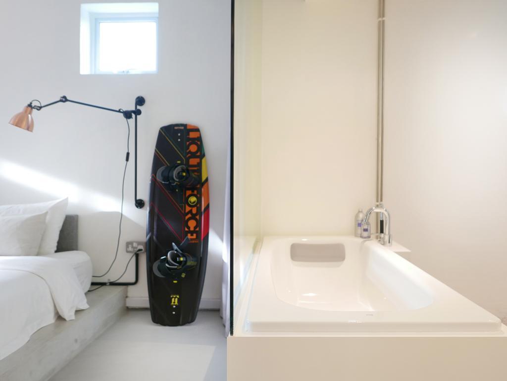 Scandinavian, Condo, Bathroom, The Crate Apartment, Architect, UPSTAIRS_, Modern Contemporary Bathroom, Bathtub, Sink, Furniture, Mattress