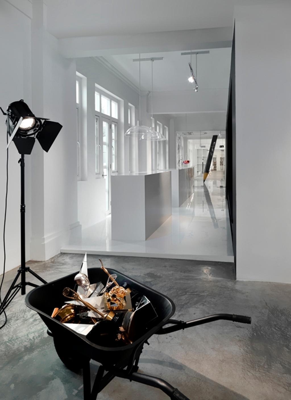 Leo Burnett, Commercial, Architect, Ministry of Design, Eclectic, Concrete Floor, Cart Trolley, White Wall, White Ceiling, Studio Lights