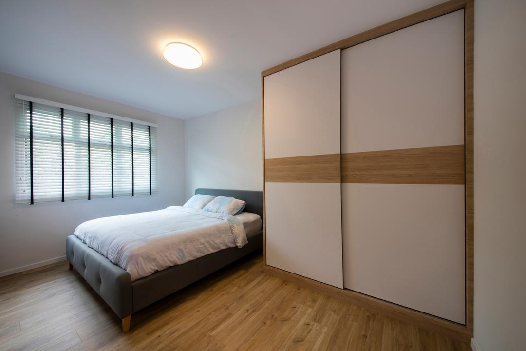 Telok Blangah Heights, The Local INN.terior 新家室, Minimalistic, Bedroom, HDB, King Size Bed, Woden Floor, Ceiling Lights, Roll Down Curtain, Wooden Wardrobe, Sliding Door Wardrobe, Cozy, Cosy, Modern Contemporary Bedroom, Bed, Furniture