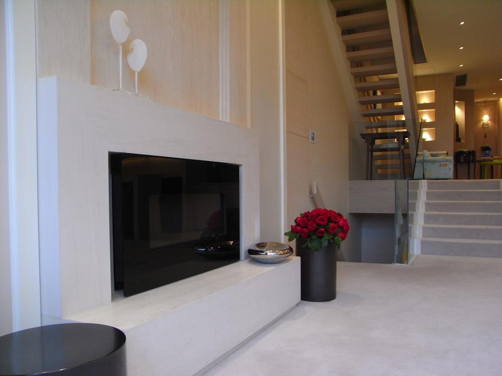 當代, 獨立屋, 和福道, 室內設計師, 駟達建築設計, Fireplace, Hearth, Banister, Handrail, Staircase, Flora, Jar, Plant, Potted Plant, Pottery, Vase