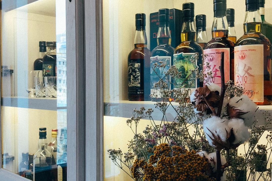 Kensington Hill, The Realizes co., 復古, 私家樓, Bottle, Flora, Jar, Plant, Potted Plant, Pottery, Vase, Alcohol, Beverage, Drink, Liquor, Art, Blossom, Flower, Flower Arrangement, Ikebana, Ornament