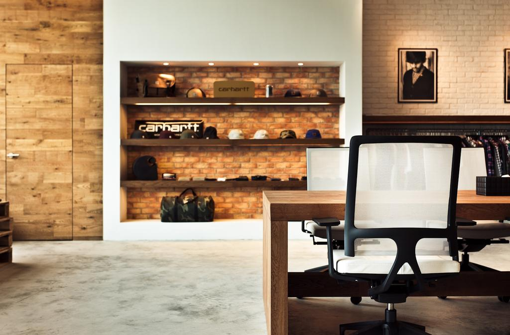 Carhartt WIP, 商用, 室內設計師, Fixonic Interior Design & Construction, 工業, Chair, Furniture, Indoors, Interior Design, Dining Table, Table, Fireplace, Hearth