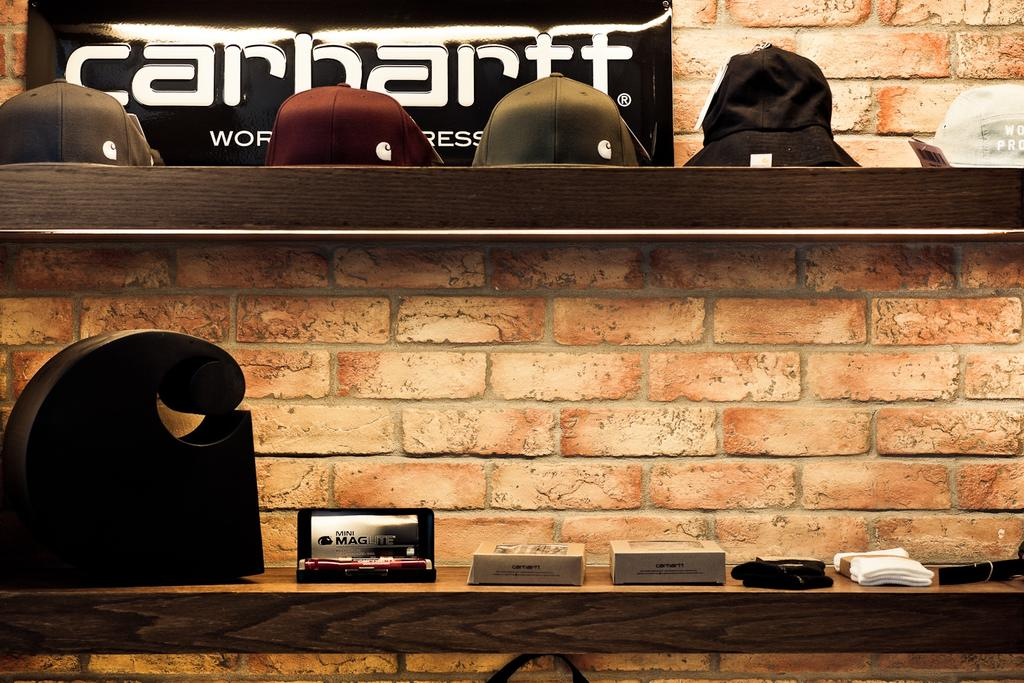 Carhartt WIP, 商用, 室內設計師, Fixonic Interior Design & Construction, 工業, Brick, Luggage, Suitcase, Fireplace, Hearth